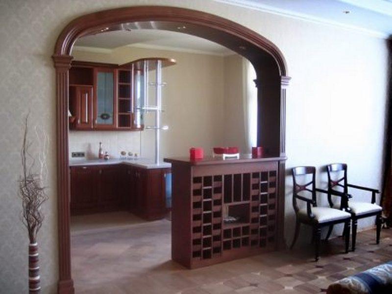 Деревянная межкомнатная арка на кухне