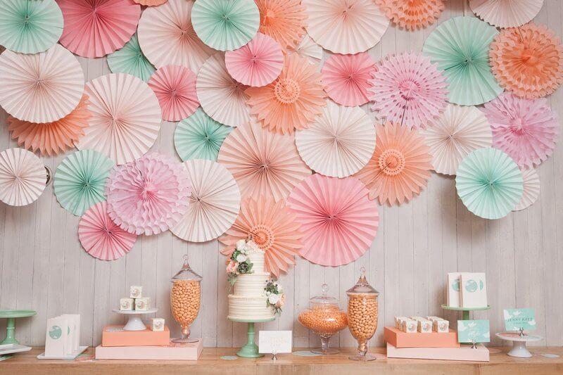 Стена украшенная бумажным веером