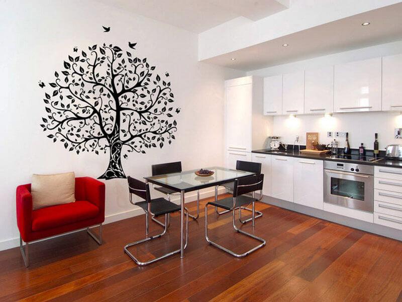 Дерево на стене кухни
