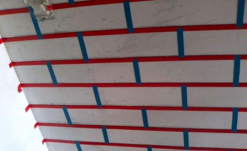Разметка стены с помощью бумажных малярных лент