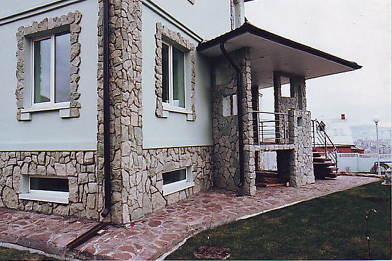 Фасад дома облицованный искусственным камнем