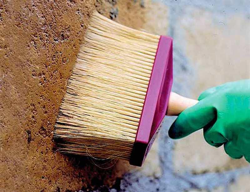 Обрабатывание стены грунтовкой