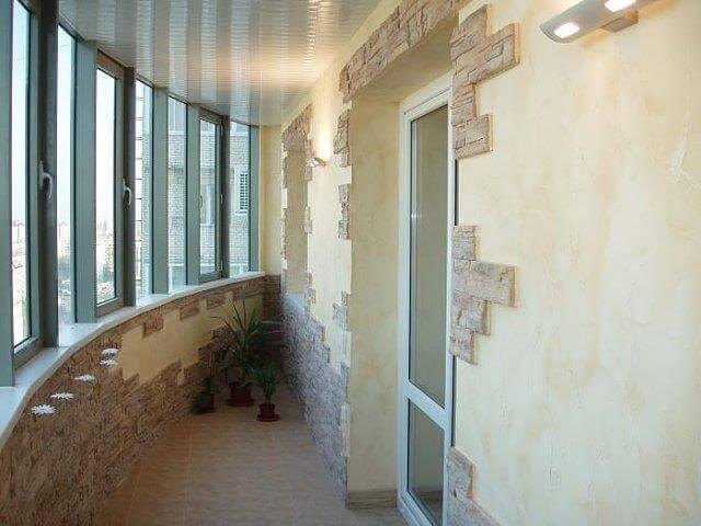 Балкон отделанный искусственным камнем