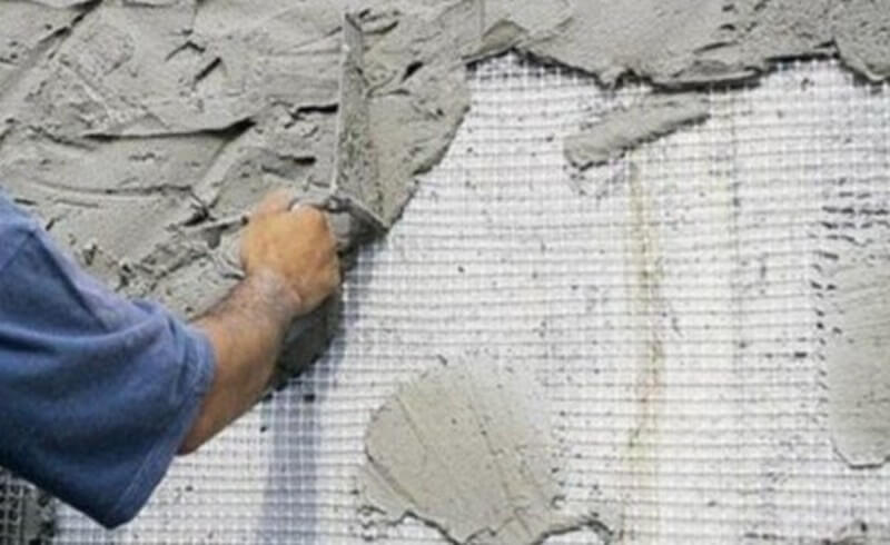 Оштукатуривание поверхности поверх армирующей сетки