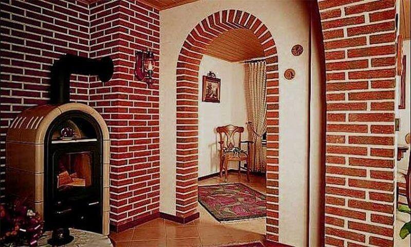 Дверной проем украшенный клинкерным кирпичом