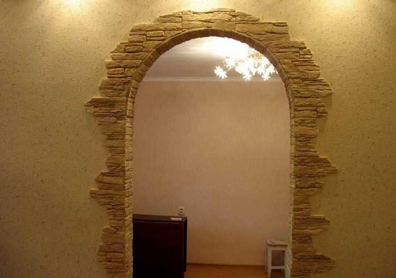 Межкомнатный дверной проем украшенный декоративным камнем
