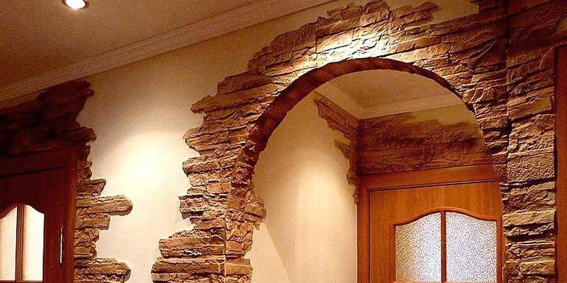Межкомнатная арка украшенная декоративным камнем