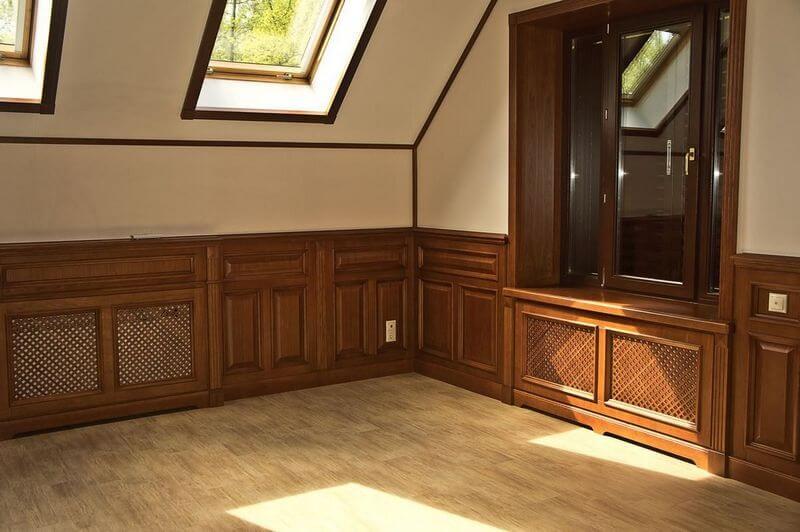 Деревянные стеновые панели в интерьере комнаты