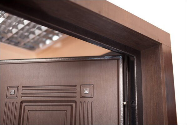 Входная дверь облицованная деревянным откосом