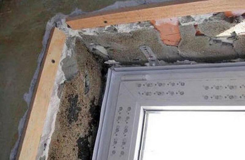 Подготовленная поверхность окна к оштукатуриванию