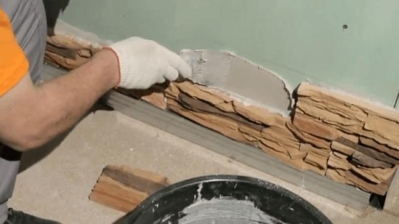 Нанесение клеевого раствора на стену