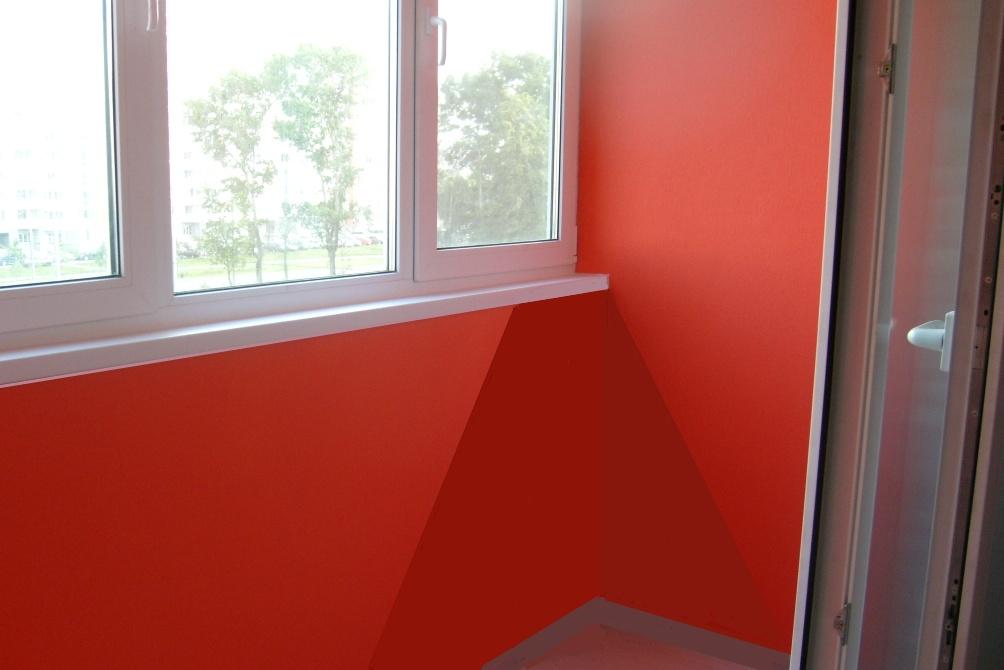 Стены балкона покрашенные под краску