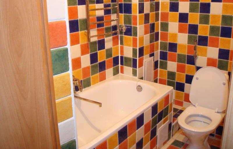 Разноцветная плитка в интерьере туалета
