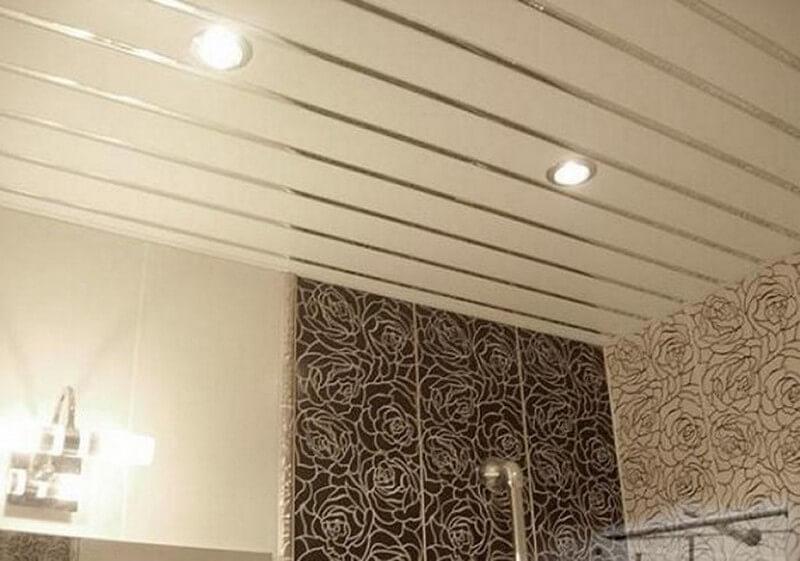 Реечный потолок со светильниками