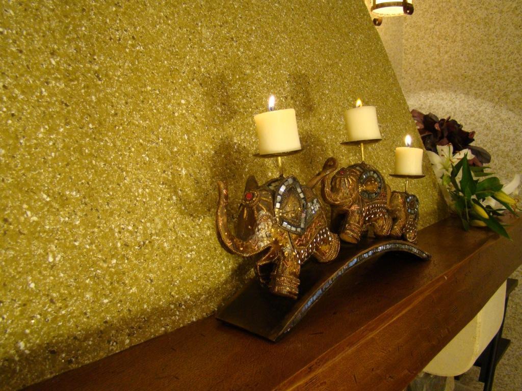 Шелковая штукатурка в интерьере гостиной