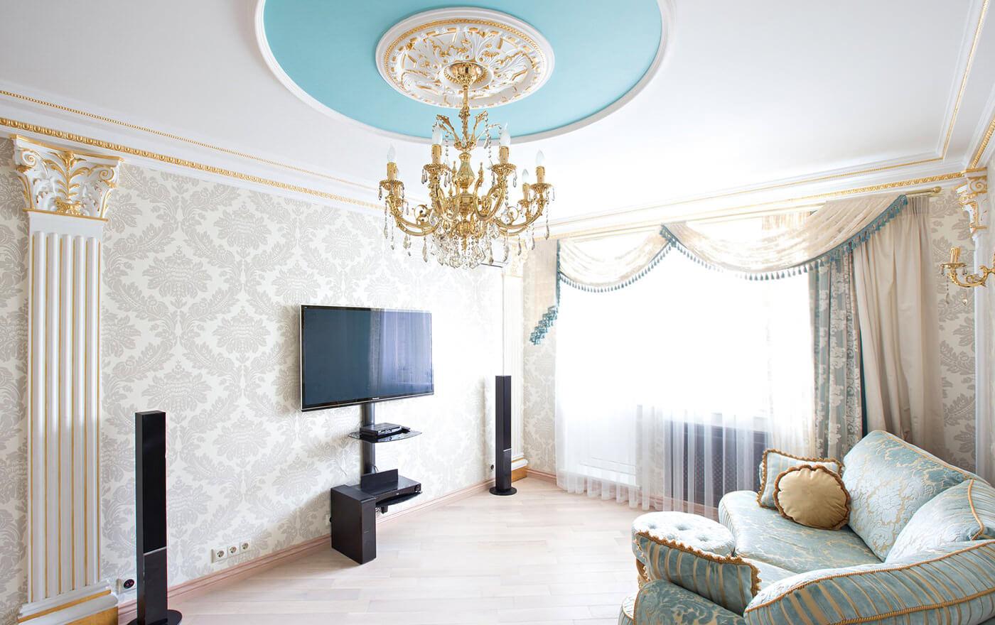 Белые обои в интерьере гостиной в классическом стиле