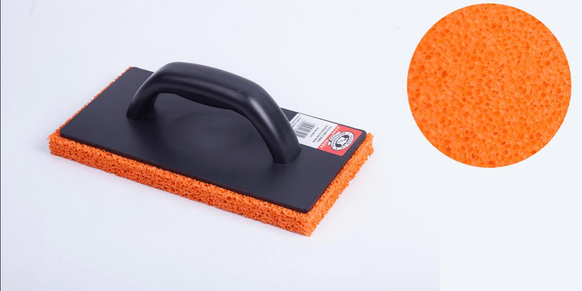Шлифовка штукатурки с помощью губчатой терки