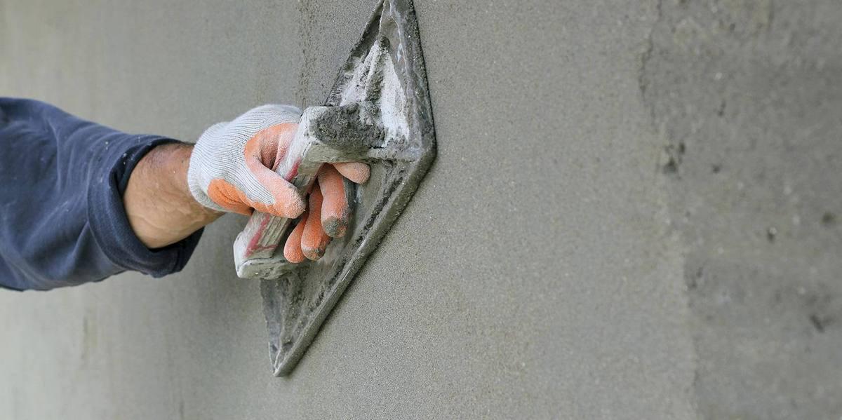 Нанесение цементно-песчаной штукатурки