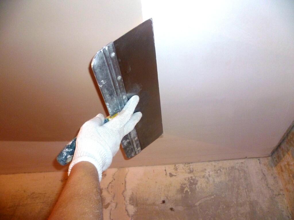 Процесс штукатурки потолка