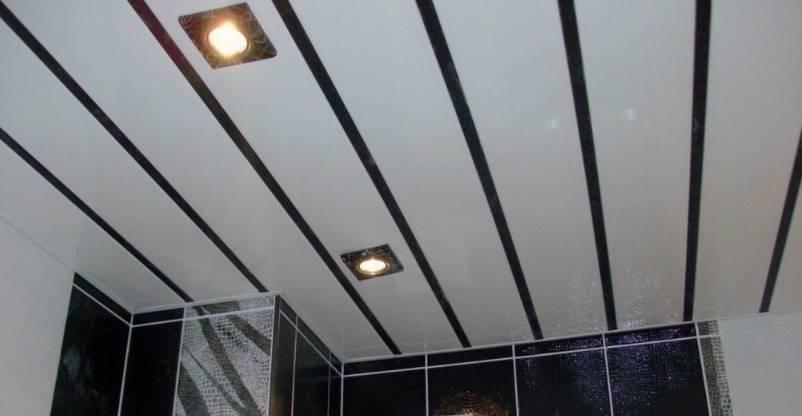 Светильники на потолке из ПВХ-панелей