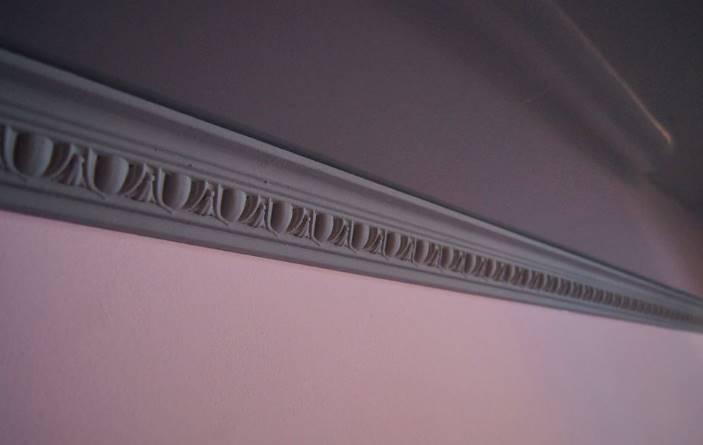 Орнаментный багет на однотонной стене
