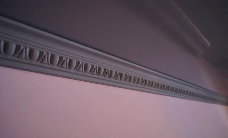 Плинтус из пенопласта под натяжным потолком