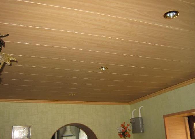 Отделка потолка с помощью МДФ панелей